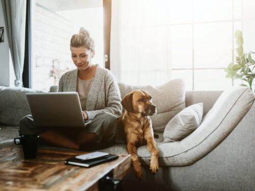 Para que la actividad de un trabajador se considere teletrabajo, tendrá que desarrollar al menos el 30% de su actividad fuera del puesto de trabajo.