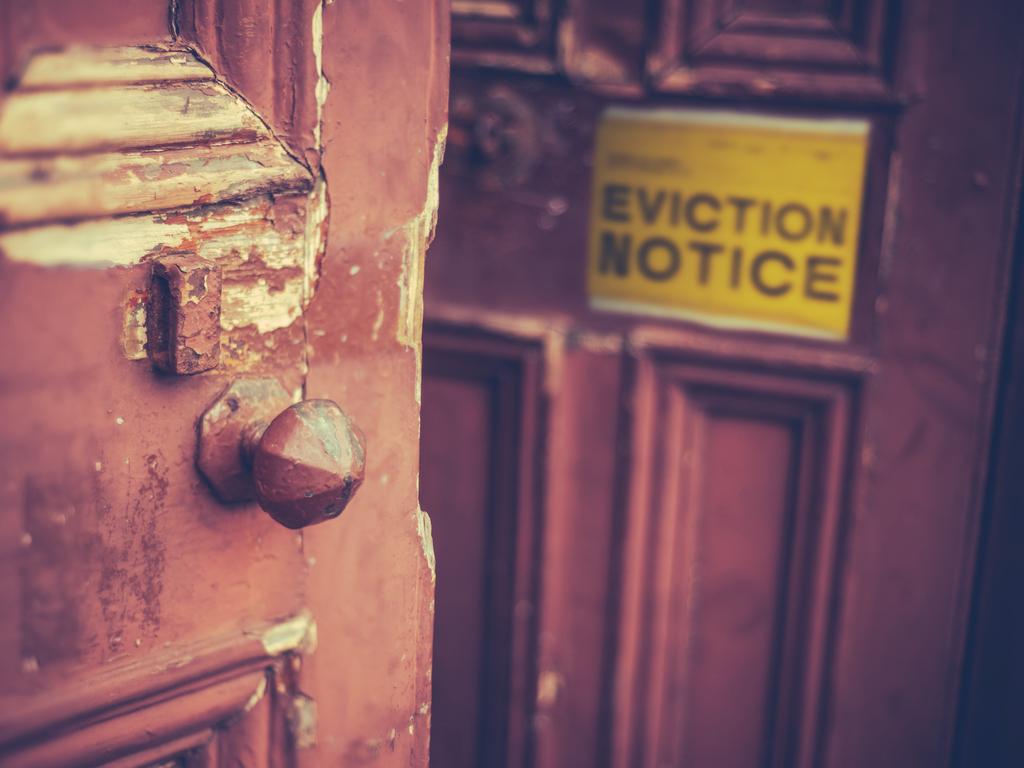 Denunciar la ocupación ilegal de una vivienda, apta para ser habitada, amueblada y con suministros esenciales dados de alta tales como luz, agua o gas, donde la persona desarrolla su vida de manera permanente o transitoria