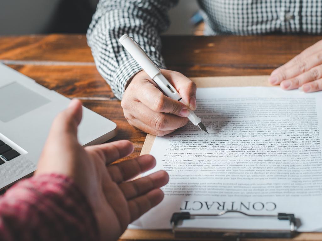 La elevación a público de un contrato -de compraventa de vivienda- no prescribe en general, por ser una facultad, y no una obligación, tal como establece el Tribunal Supremo en su doctrina jurisprudencial. Pero dicha acción está sujeta a la validez (no nulidad) del contrato.